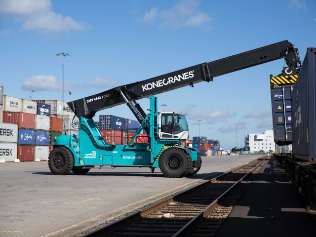 Intermodal reach stacker